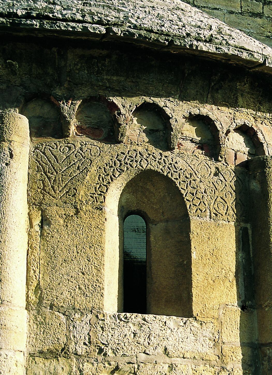 S. Egidio in Fontanella, archeggiatura e fregi ornamentali sopra e ai lati della monofora centrale all'esterno dell'abside maggiore