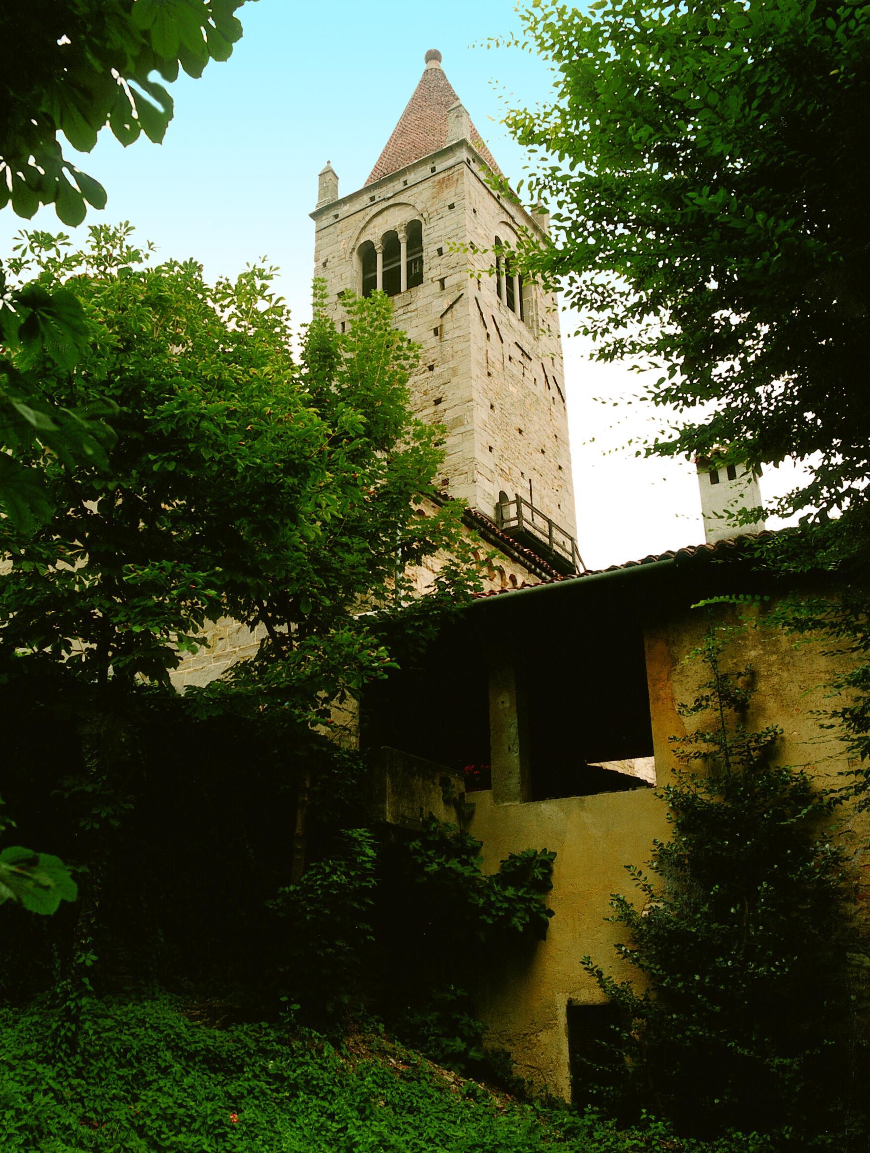 S. Egidio in Fontanella, scorcio da ovest del portico d'accesso al cortile interno e del campanile
